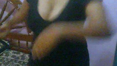 Desi girl Anu dancing flaunts her deep cleavage