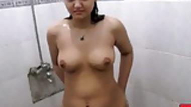 indian sexy bhabhi sonia taking early mornign shower