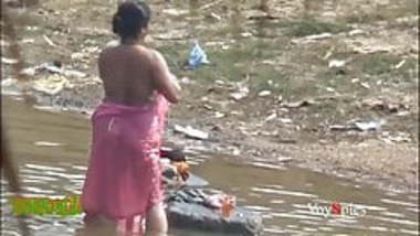 Desi mature aunty bathing in pond secretly recorded